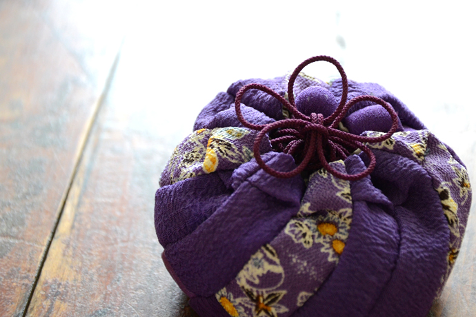 A plum flower knot used to tie a pouch.