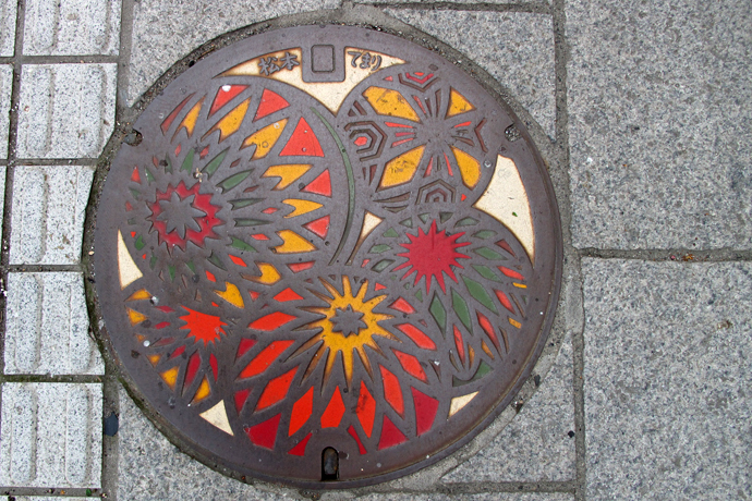 The manhole covers in Matsumoto depicts the town's famous craft, temari. embroidered balls for traditional ball games.