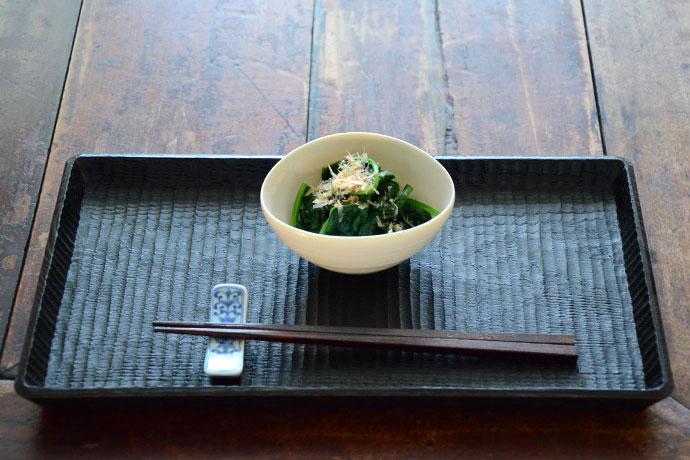 Oval bowl by Hanako Nakazato on Wagata-style tray by Kobayashi Katsuhisa